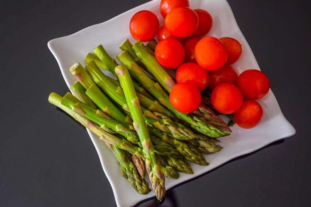 Espárragos verdes y tomates cherry.