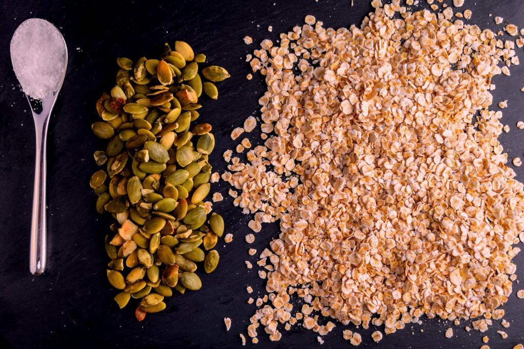 Cucharadita de sal, semillas de calabaza y avena.