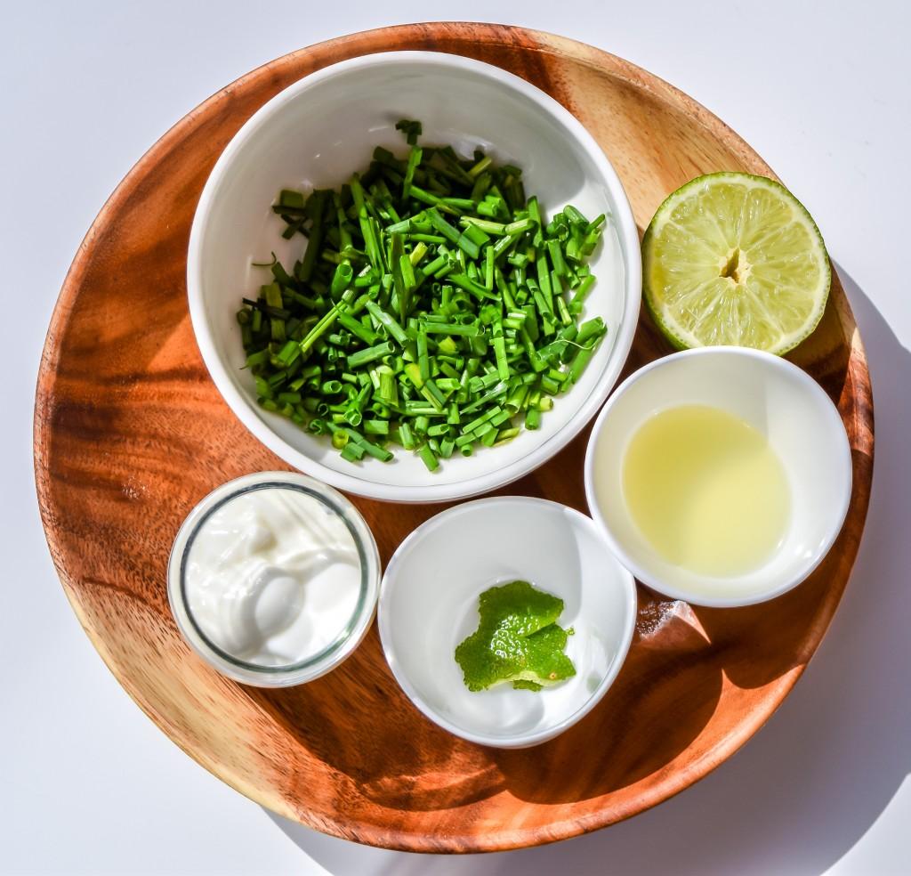 Ingredientes de la salsa de lima y yogur.