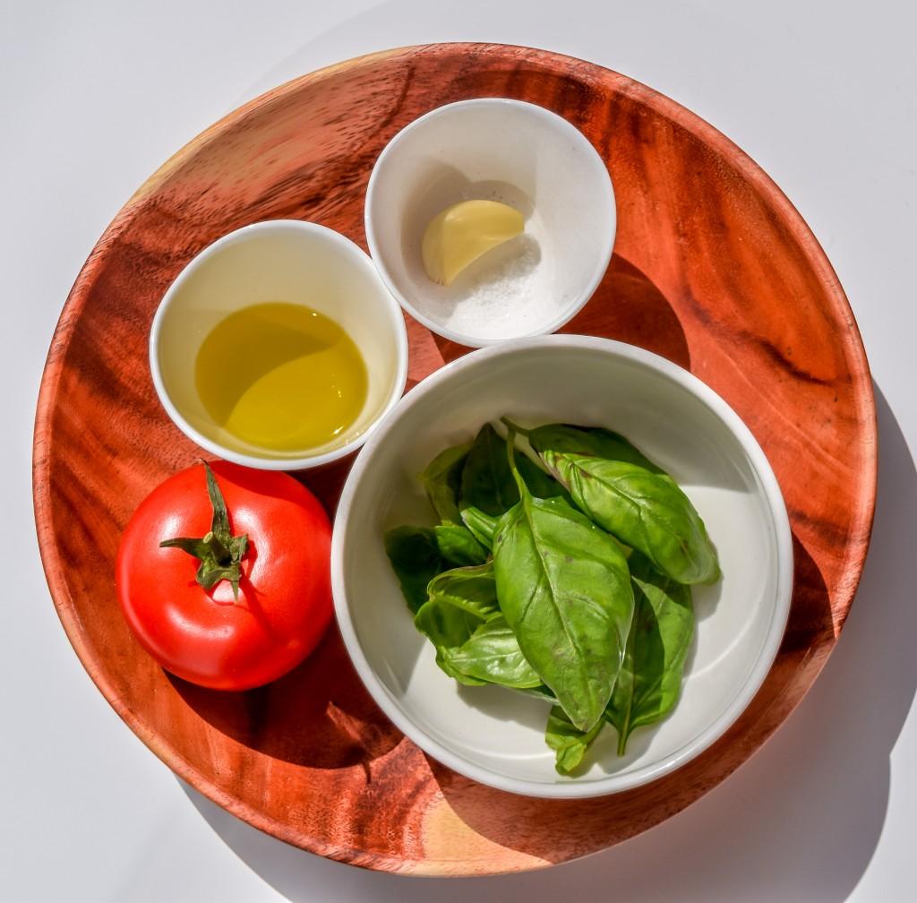 Ingredientes de la salsa de tomate con albahaca.