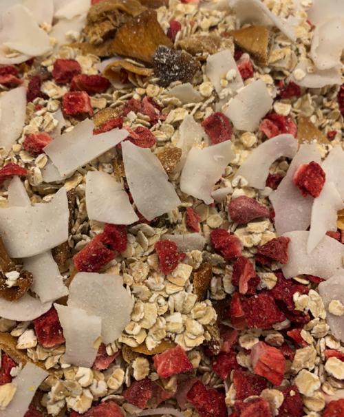 Mezcla de ingredientes para hacer la granola saludable.